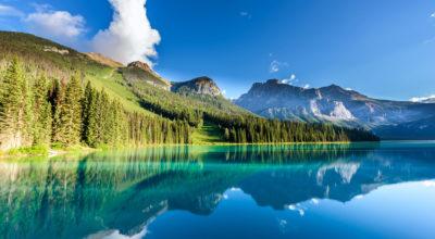 beautiful-emerald-lake-yoho-national-park-british--SCZJB7Q